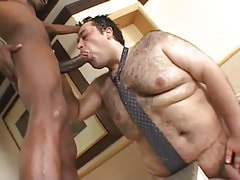 Bear gay guy greedily sucks ebony 10-Pounder